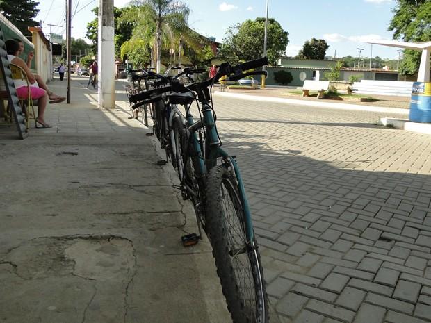 Se aviões cortam os céus de Confins a todo tempo, por terra a bicicleta é um dos meios de transportes preferidos dos moradores (Foto: Raquel Freitas/G1)