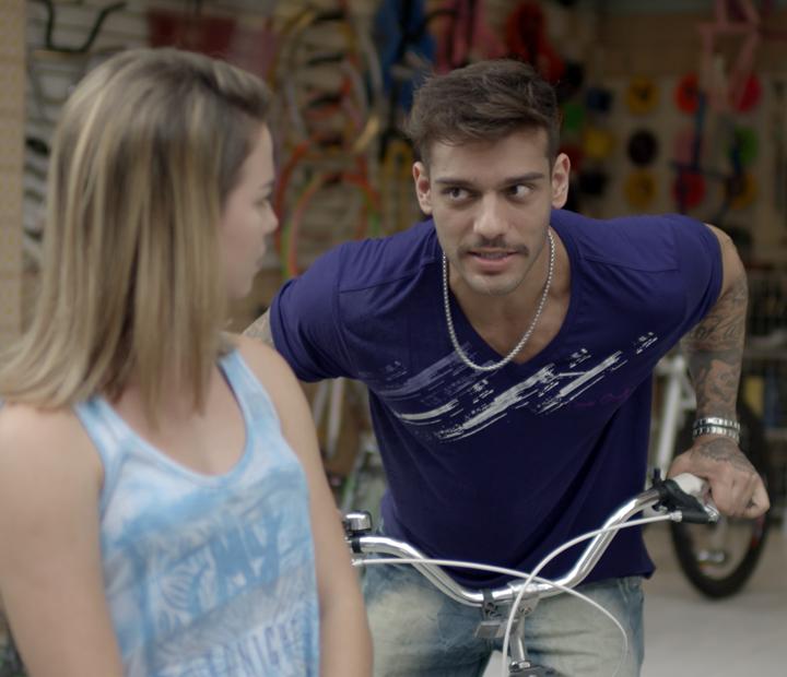 Uood conta para Jéssica o bafão do atropelamento (Foto: TV Globo)