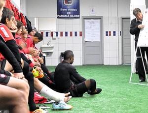Jogadores do Atlético-PR na preleção do técnico Juan Ramón Carrasco (Foto: Divulgação/Site oficial do Atlético-PR)