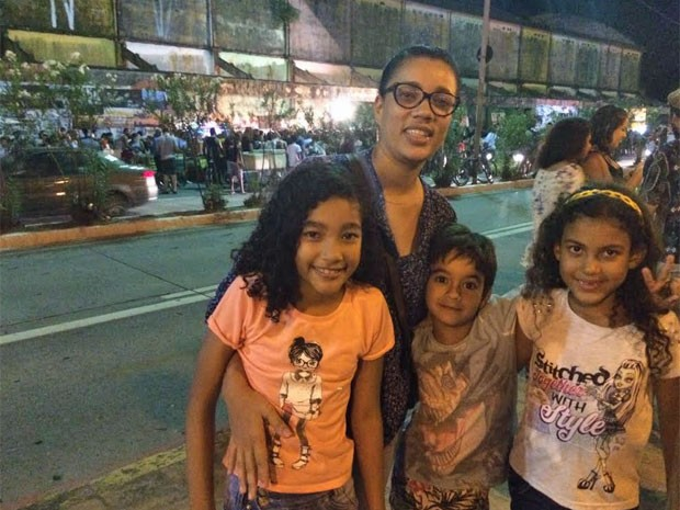 Anne Alves levou filhos e sobrinhos para o ato: Disse para eles que ia mostrar um lugar legal do Recife e explicar o que é o movimento (Foto: Vitor Tavares/G1)