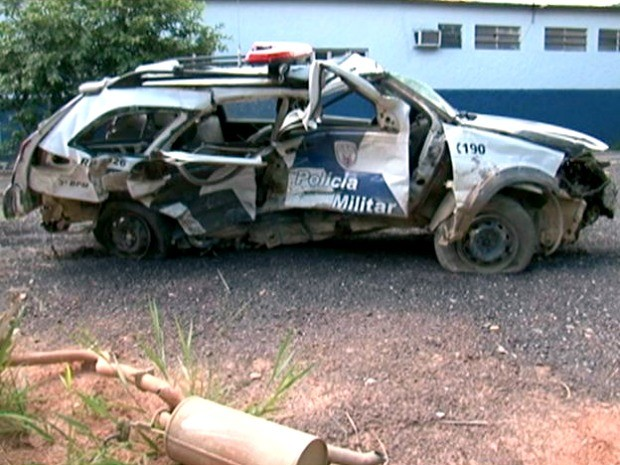 Carro ficou destruído após perseguição policial no Sul do Espírito Santo. (Foto: Reprodução/TV Gazeta)