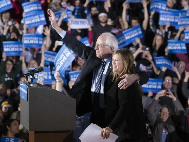 Bernie Sanders e a mulher, Jane, durante discurso de vitória em New Hampshire (Foto: John Minchillo/AP)