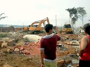 Destruição de casas na invasão Cidade das Luzes (Foto: Suelen Gonçalves/G1 AM)