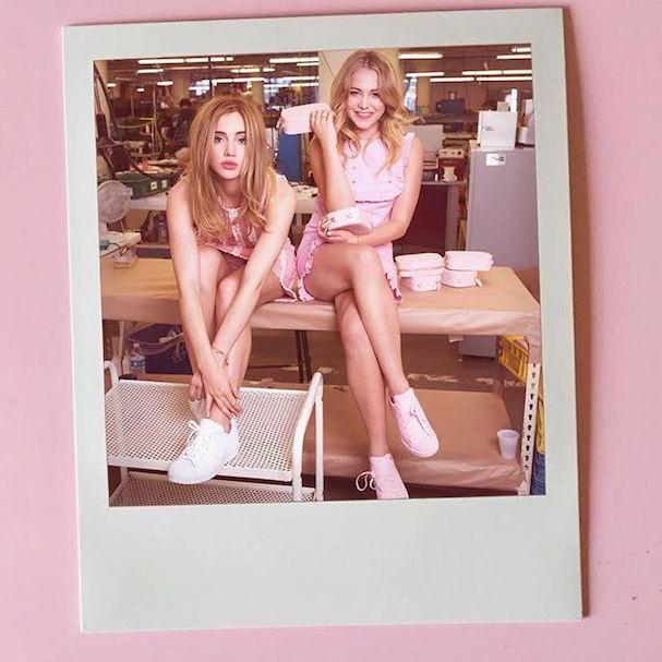 Suki Waterhouse e a amiga Pop (Foto: Reprodução/Instagram)