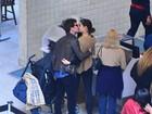 Sophie Charlotte e Daniel de Oliveira trocam beijos em aeroporto do Rio