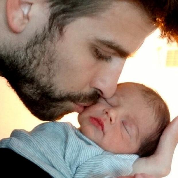 Pique beija Milan seu filho (Foto: Reprodução)