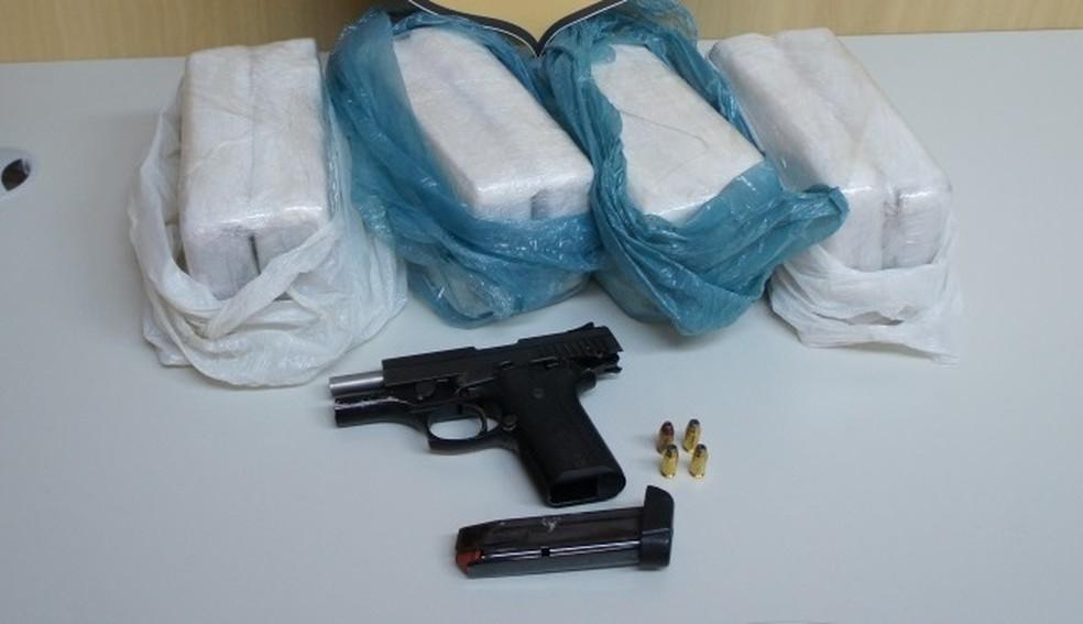 No fim de semana, homem foi preso em flagrante com 8 quilos de cocaína e uma pistola e liberado na audiência de custódia (Foto: Polícia Federal/Divulgação)