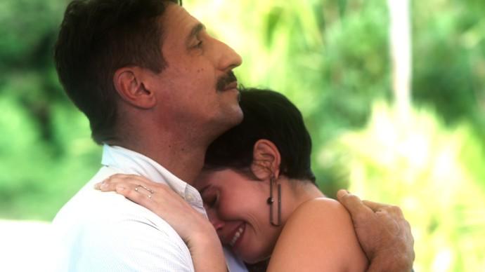 Misael acompanha Flavia em encontro com Cidália (Foto: TV Globo)