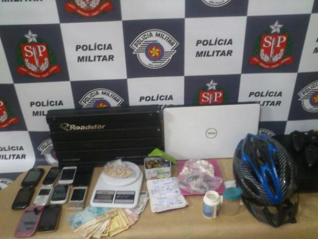 Na casa dos suspeitos foram apreendidos diversos materiais, além de porções de drogas (Foto: Divulgação / PM de Itararé)