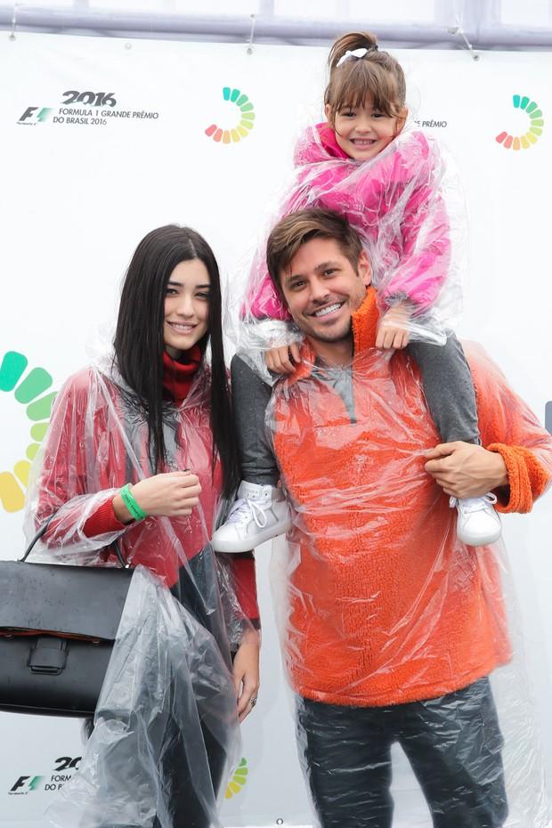Dado Dolabella e a filha, Ana Flor, com a namorada, Gabi Paschoal (Foto: Marcos Ribas e Manuela Scarpa/Brazil News)
