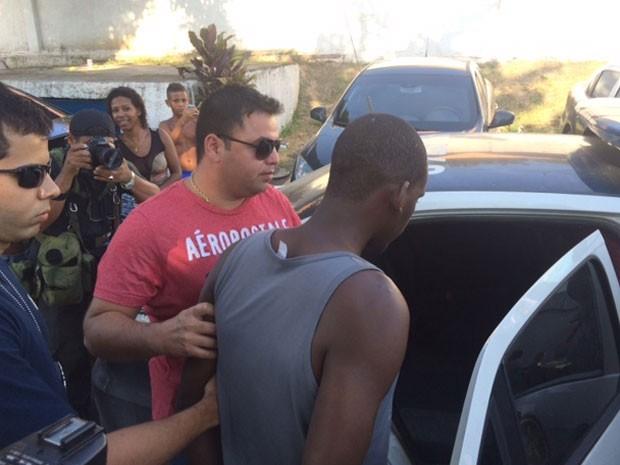 Sailson deixa a Delegacia de Homicídios da Baixada Fluminense em direção à Polinter (Foto: Cristina Boeckel / G1)