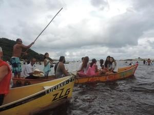 Homenagem foi realizada nas águas do rio da Madre, na Guarda do Embaú (Foto: Renan Koerich/Globoesporte.com)