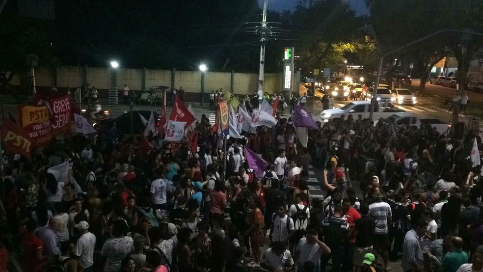 Manifestantes saíram em caminhada em direção à Fiern (Foto: Andrea Tavares)