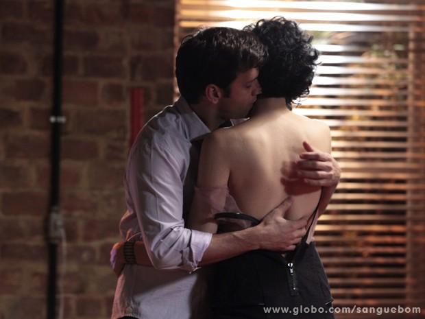 Os dois se beijam após o término (Foto: Sangue Bom/TV Globo)