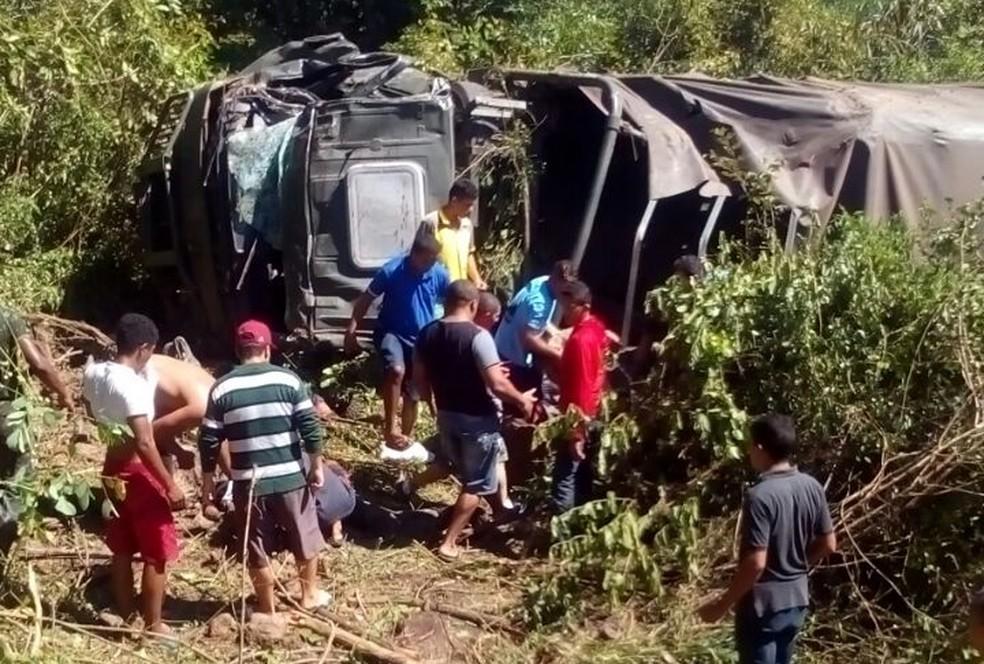 Caminhão com 30 militates do Exército tombou em Barras (Foto: Barras Virtual)