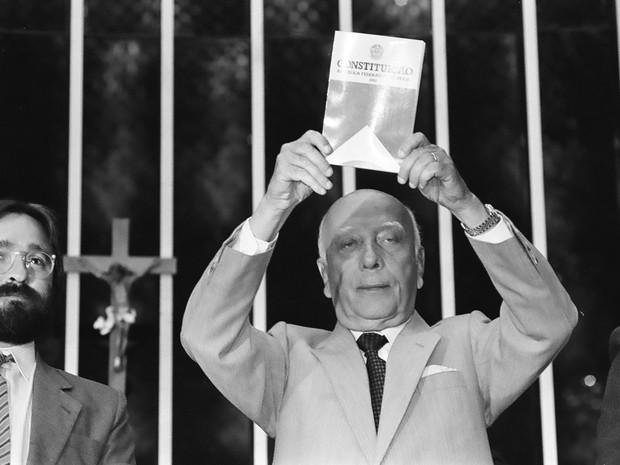 """Brasília - """"Declaro promulgado o documento da liberdade, da democracia e da justiça social do Brasil"""", disse há 25 anos o então presidente da Assembleia Nacional Constituinte, Ulysses Guimarães, ao promulgar a nova Constituição Federal, em vigor até hoje (Foto: Agência Brasil/Arquivo)"""