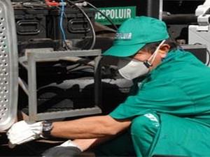 Técnico do Programa Despoluir fazendo a medição do nível de emissão dos poluentes (Foto: Despoluir)