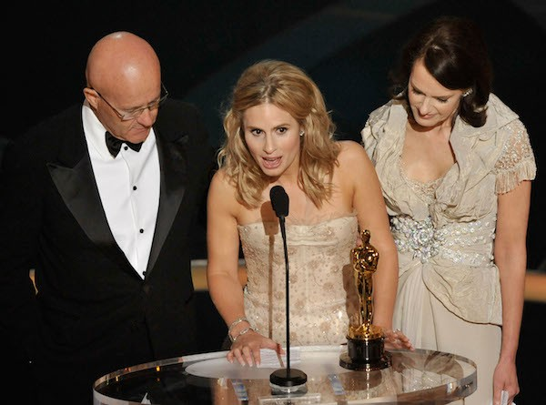 Kate Ledger junto com os pais e o Oscar póstumo vencido por Heath Ledger (Foto: Getty Images)