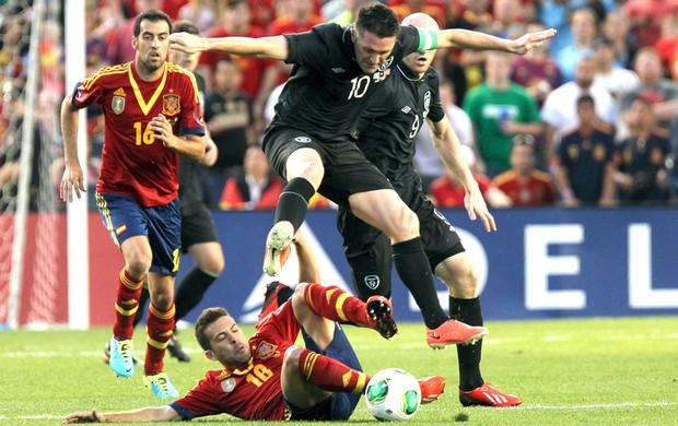 Robbie Keane e Alba, Espanha e Irlanda  (Foto: Agência AP)