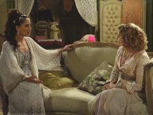Diva conforta Isabel após visita inoportuna (Foto: Lado a Lado / TV Globo)