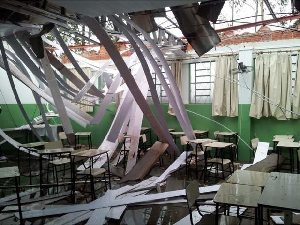 Telhado de sala de aula despenca após vendaval em Ribeirão Corrente, SP (Foto: Rosilaine Silveira)