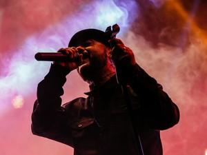 O vocalista da banda Tihuana, Egypcio, encara o o vocal da Urbana Legion (Foto: Érico Andrade/G1)