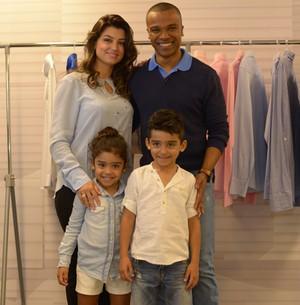 Alexandre Pires posa com esposa e filhos (Camila Serejo / Gshow)