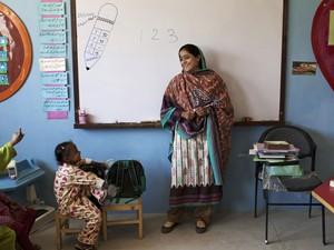 Humaira começou ensinando a irmã e amigas quando tinha 13 anos (Foto: Shakil Adil/AP)