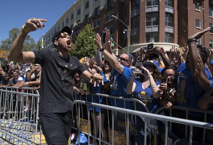 Stephen Curry caminha e cumprimenta os fãs em Oakland (Foto: Kyle Terada-USA TODAY Sports)