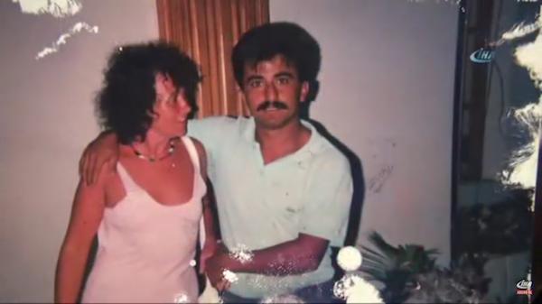 Uma foto antiga de Penny Adkins, mãe de Adele, com o homem que alega ser o pai da cantora (Foto: Reprodução)