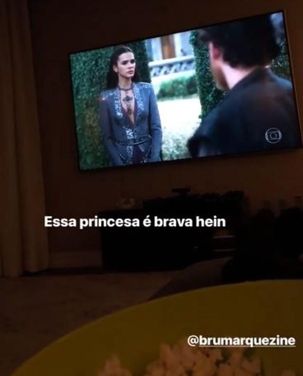 Neymar assistindo Bruna Marquezine em Deus Salve o Rei (Foto: Reprodução/Instagram)