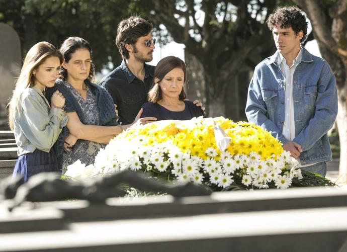 Pedro enterra Jorge no jazigo da família (Foto: Raphael Dias/Gshow)