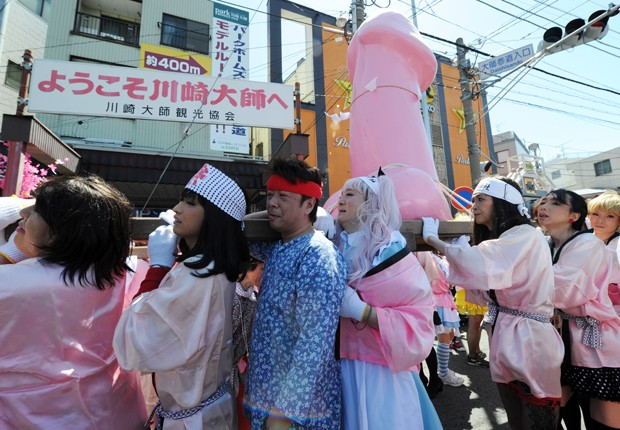 Homens vestidos de mulher carregam o pênis de aço pelas ruas de Kawasaki (Foto: Toshifumi Kitamura/AFP)