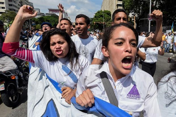 Estudantes universitários marcham contra o governo do presidente da Venezuela, Nicolás Maduro, nas ruas de Caracas, nesta quarta-feira (26) (Foto: Juan Barreto/AFP)