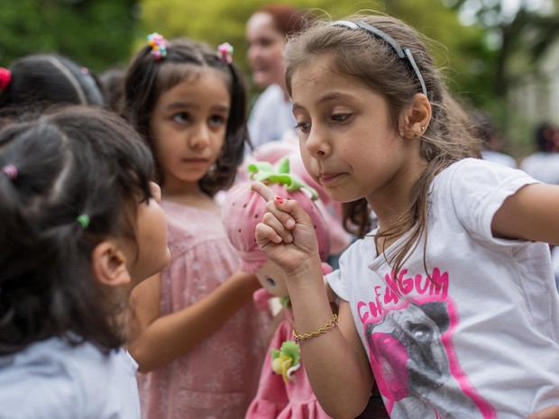 A síria Shaned, de 6 anos, mora no Brasil há um ano e já aprendeu a se comunicar em português (Foto: Victor Moriyama/ G1)