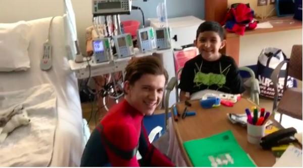 O ator Tom Holland vestido de Homem-Aranha em um hospital (Foto: Instagram)