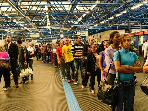 Fila de passageiros na estação Barra Funda do Metrô, em São Paulo (SP), na tarde desta segunda-feira (5). Um descarrilamento de trem provocou transtornos na Linha 3-Vermelha do metrô de São Paulo. (Foto: Marcos Bizzotto/Futura Press/Estadão Conteúdo)