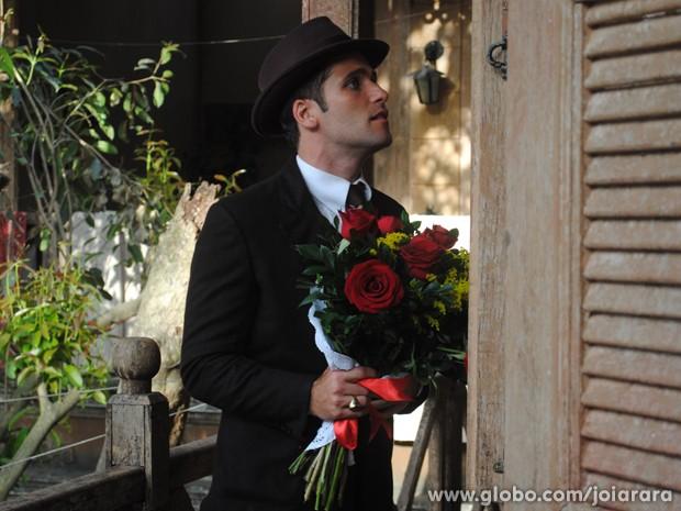 Franz leva flores para Amélia no cortiço, mas descobre que ela se mudou (Foto: Joia Rara/ TV Globo)