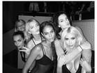 Decotada, Kim Kardashian se diverte com Cara Delevingne e Kendall Jenner