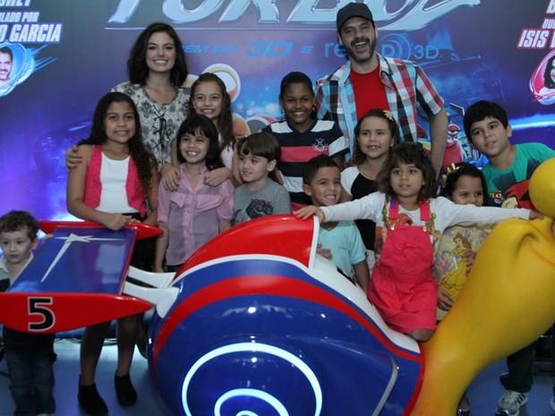 """Isis Valverde e Bruno Garcia posam com crianças na pré-estreia de """"Turbo"""" (Foto: Anderson Borde / AgNews)"""