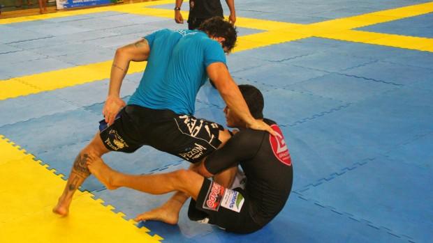 Mesmo lesionado o lutador disputou semifinal  (Foto: Alírio Lucas)