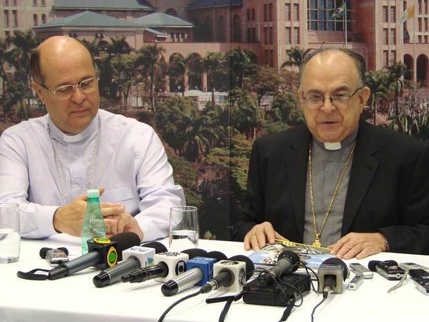 Dom Raymundo Damasceno (à direita) acompanhado do bispo auxiliar de Aparecida, dom Darci Nicioli (à esquerda) durante a coletiva na manhã deste domingo (24). (Foto: Renato Ferezim/G1)