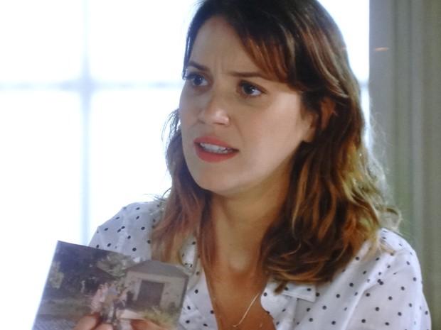 Laura com foto que mostra pista sobre sua mãe (Foto: Gshow)