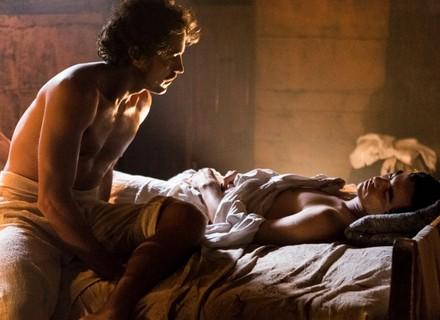 Tolentino admira André em sua cama