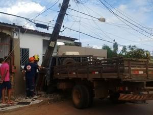 Homem perdeu controle de caminhão e bateu em poste (Foto: Aline Nascimento/G1 )
