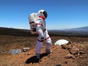 Cientista sai de tenda no Havaí utilizando roupa espacial durante missão para desenvolvimento de 'comidas espaciais'. (Foto: AP Photo/University of Hawaii, Angelo Vermeulen)