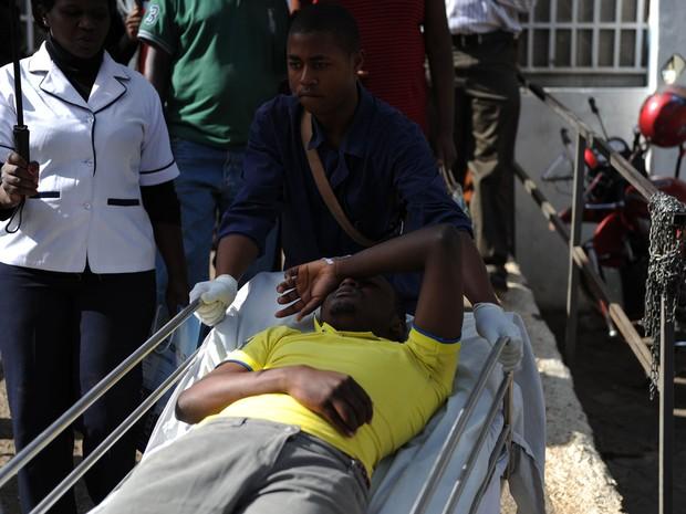 Aluno ferido é retirado da Strathmore University, em Nairobi, no Quênia após tumulto em uma simulação de ataque terrorista na segunda (30) (Foto: AFP Photo/John Muchucha)
