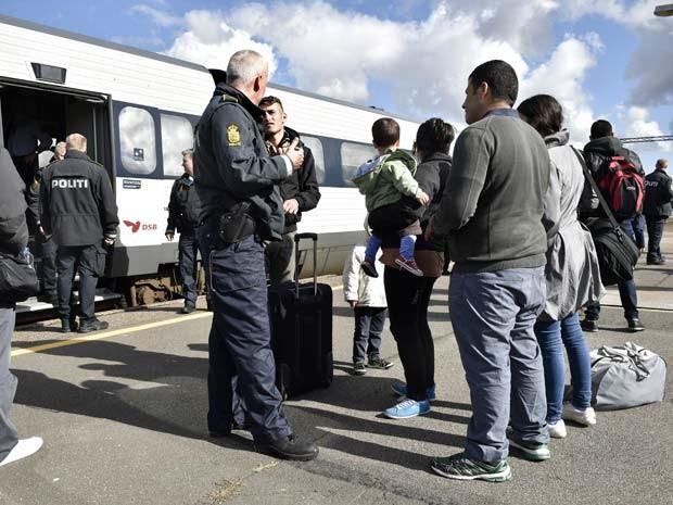 Imigrantes e refugiados chegam de trem da Alemanha à cidade de Rodby, na Dinamrca, de onde devem partir para a Suécia (Foto: AFP PHOTO / Scanpix Denmark / BAX LINDHARDT DENMARK OUT)