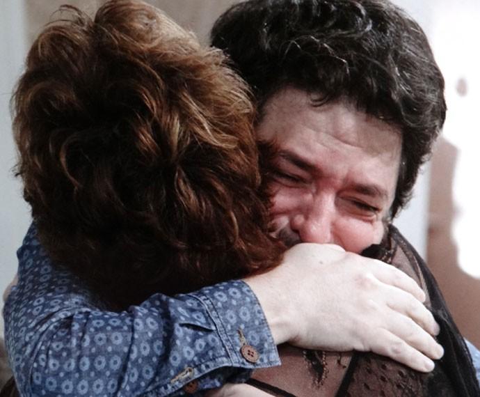 Lucrécia e Edgard se abraçam após a revelação de que ele é pai de Jade (Foto: Globo)