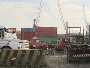 Caminhoneiros deixaram os veículos parados para protestar (Foto: Reprodução/TV Tribuna)